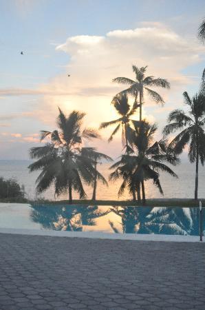 Villa Rosa: Blick von der Terasse über den Pool ins Meer
