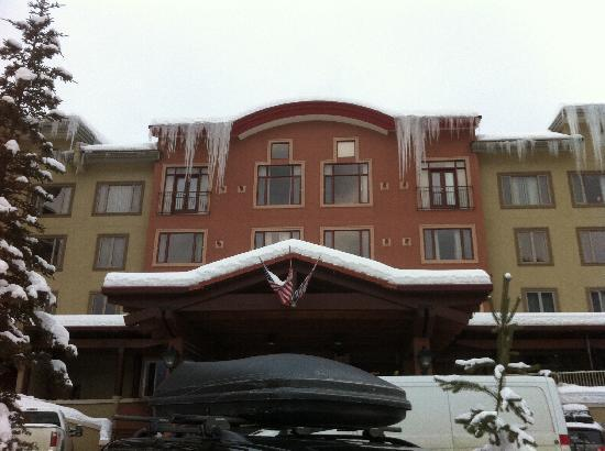Nancy Greene's Cahilty Hotel & Suites: Cahilty Lodge complete with icicles
