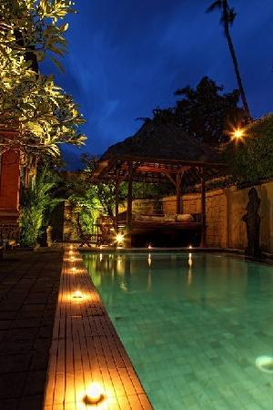 Sunhouse Guest House: Pool at Night