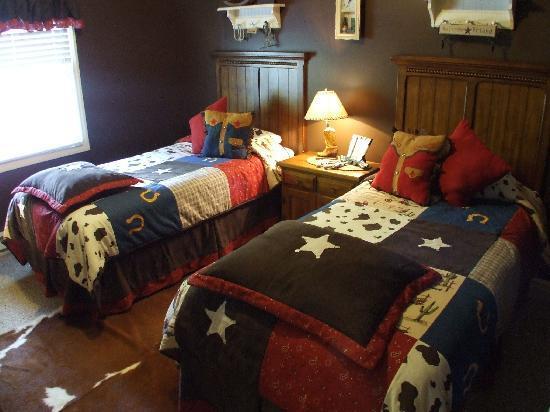 Little Main Street Inn: Bedroom - 2 br suite