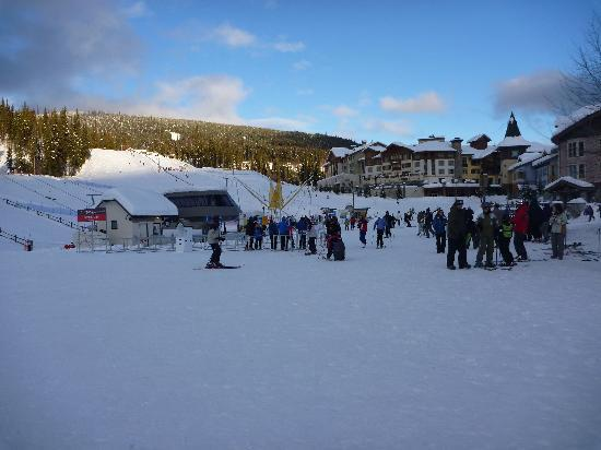 Sun Peaks, Kanada: A typical lift queue on the Sundance Express