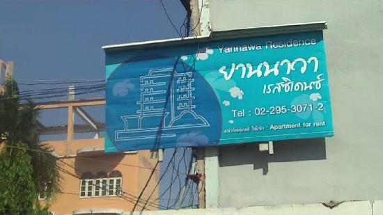 Yannawa Residence Bangkok: affichage d'acceuil de la residence dans la rue soi 49