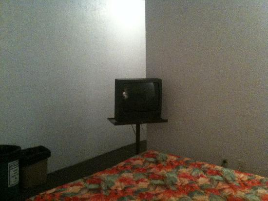 Aruba Motel: Careful not to bump the TV!