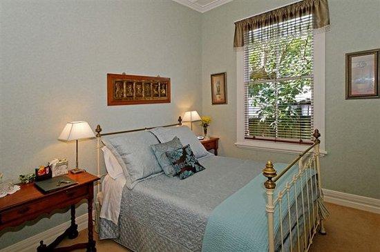 Eden Park Bed & Breakfast: Green Room