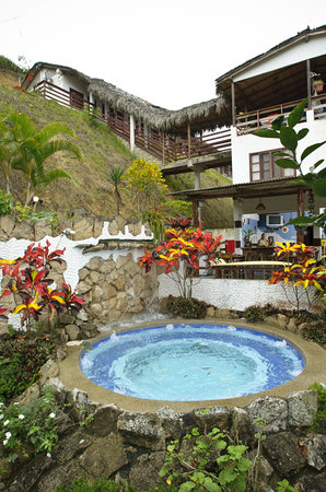 La Barranca Montanita: Scene of the jacuzzi and hotel