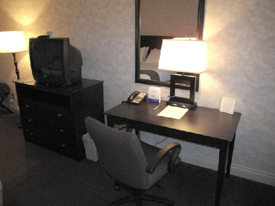Holiday Inn Express - Kamloops: Writting desk and TV
