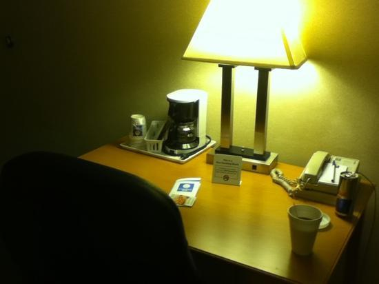 Quality Inn: desk and complementary coffee