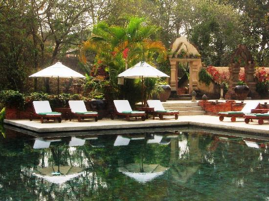 Belmond La Residence Phou Vao: beautiful pool with a view of ruins