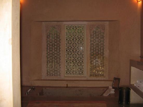 Relais & Châteaux Ksar Char-Bagh: bathtub aka plunge pool