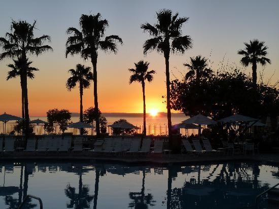 Marriott's Newport Coast Villas: Sunset over the pool