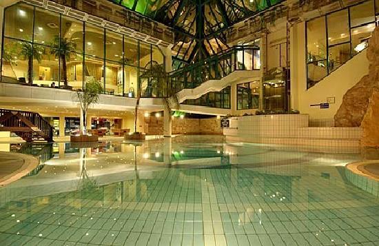 U Sunrise Club Eilat All Inclusive: Indoor pool in the evening