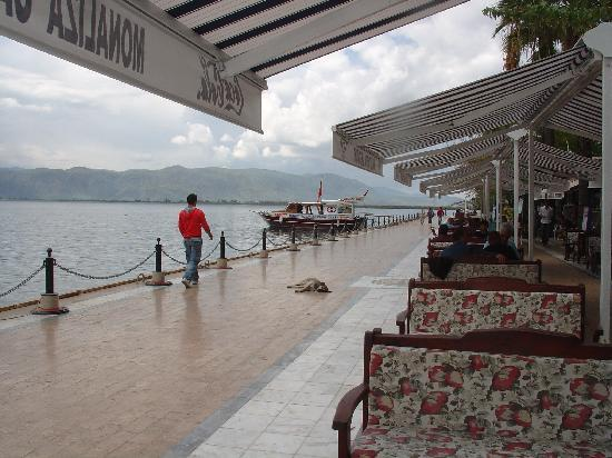 Mugla provinsen, Turkiet: pleasant restaurants dotting the huge lake