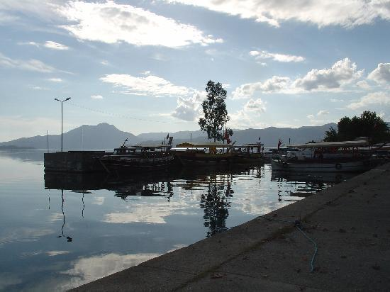 Mugla provinsen, Turkiet: A small, tranquil harbour just outside the town square