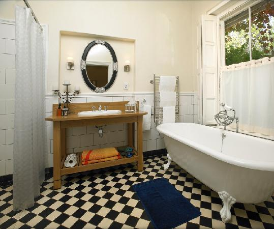 La Fontaine Guest House: Victorian section bathroom 1