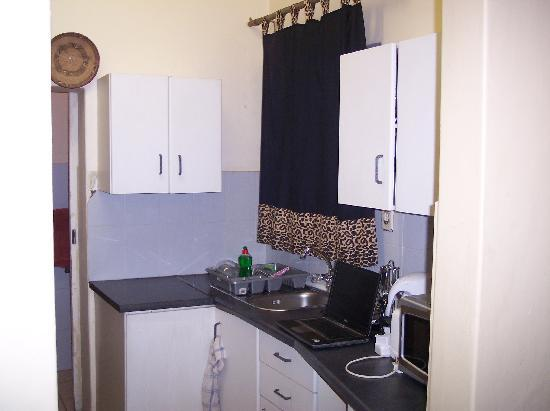 Pretoria Backpackers and Travellers Lodge: Kitchenette in the annex room