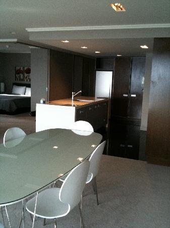 Sacred Waters Taupo Luxury Apartments: Bar with kitchenette, fully equipped