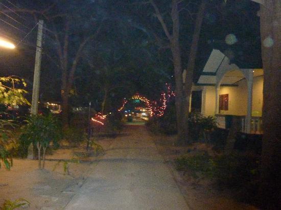 Malibu Garden Resort: evening walk
