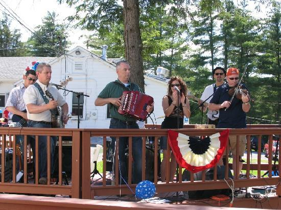 Gavin's Irish Country Inn: Outdoor Concerts with Live Irish Music