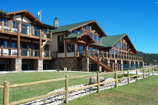 Adjacent to the lake estes marina picture of the estes for Estes park lodging cabins