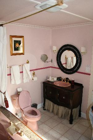 A Wicher Garden Bed & Breakfast: Other angle of bathroom