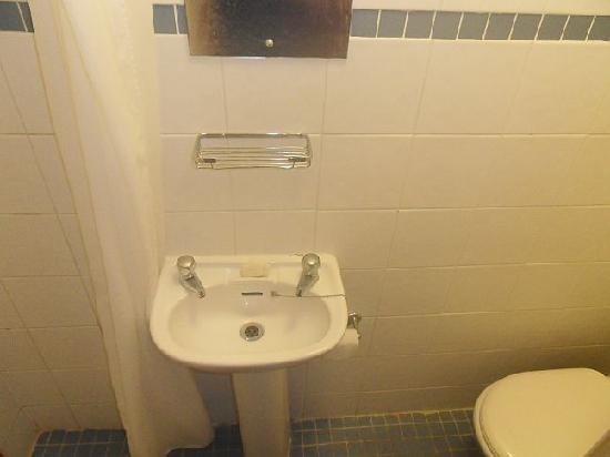 Kleines Badezimmer ohne Fenster. Duschbereich links setzt ...