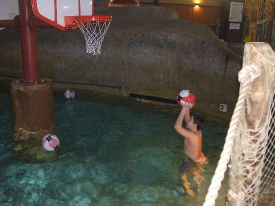 Red Jacket Mountain View Resort & Water Park: 10 year old Feyd playing a little water B-Ball