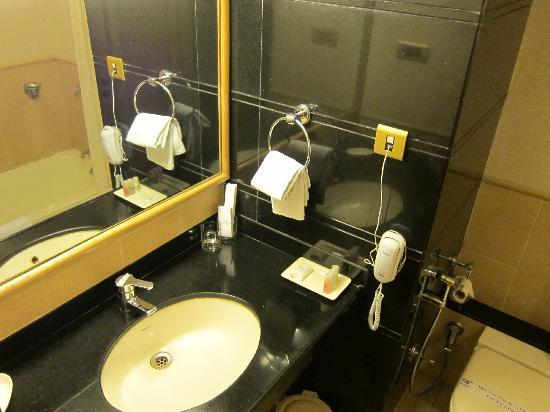 FabHotel Shivajinagar: Bathroom - Executive room