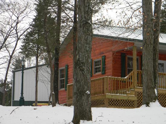 Cedar Rock Cabins: Snow on the ground, Hot Tub is warm!