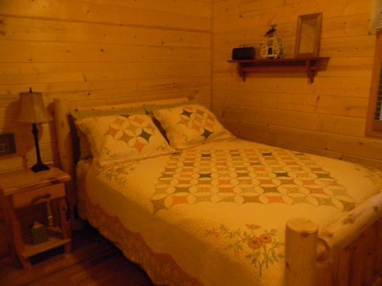 Cedar Rock Cabins: Queen size log bed in Master BD
