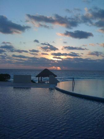 Live Aqua Cancun All Inclusive: sunrise poolside