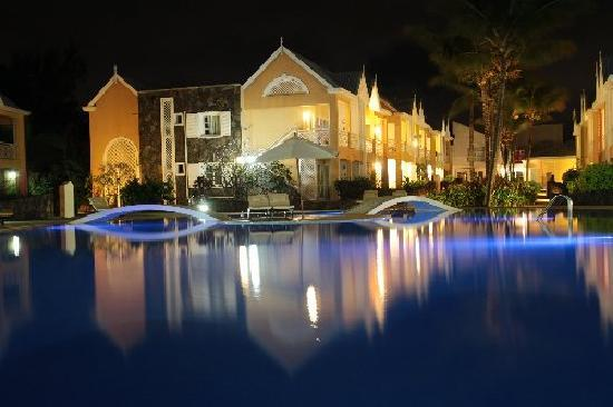 Calodyne Hotel : pool by night