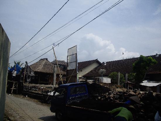 Ilotbali: directly behind bedroom, less than 10 meters
