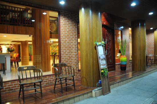 Lullaby Inn: Infont of the hotel