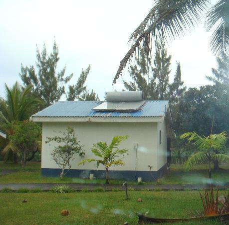 Bluewater Island Resort Aquarium : A bungalow, falling apart BWIR Efate
