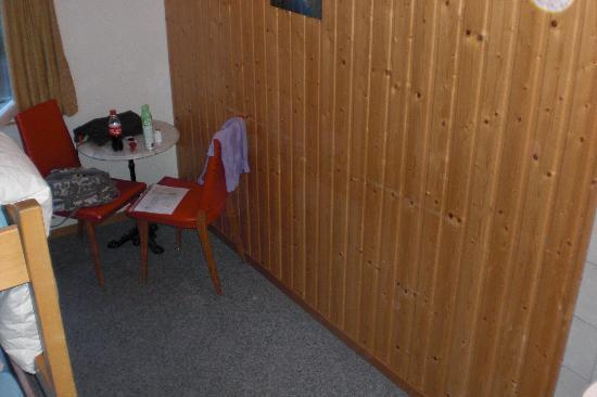 Mountain Hostel Grindelwald: Der Tisch im Zimmer