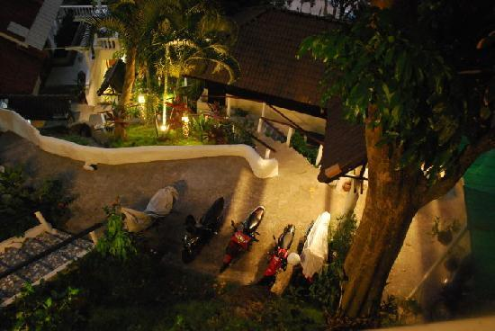 Karon Cliff Contemporary Boutique Bungalows: Night view of the parking area from the room