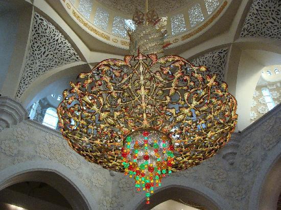 Sheikh Zayed Grand Mosque Center: Kronleuchter in der Moschee