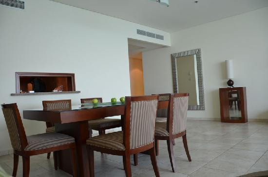 JA Oasis Beach Tower: Shot of the dining area with the counter to the fabulous kitchen