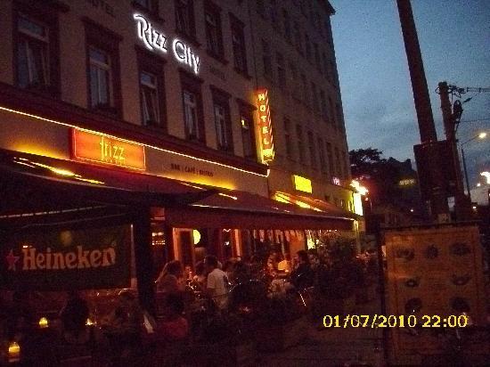 Via City: Restaurant unterm Hotel bei Nacht