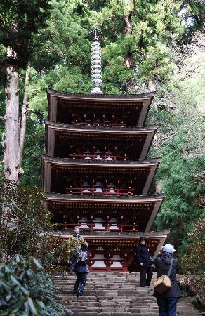 Uda, Japan: 周囲の山にとけ込んだ五重塔