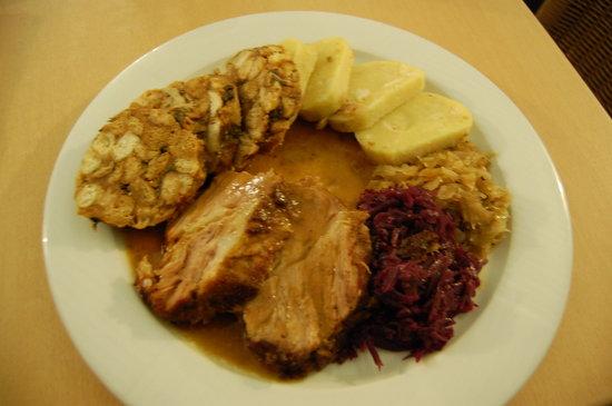 U Vltavy Restaurant: Great sampling of Czech cuisine! Bread dumplings, meat, cabbage... delicious!
