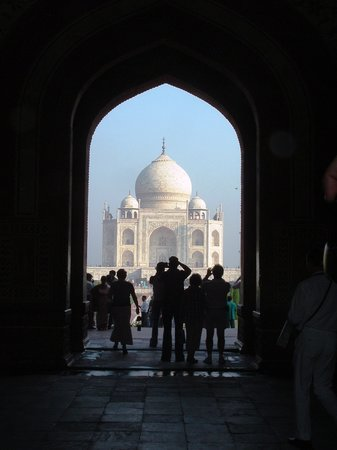 Agra, Inde : The Taj Mahal through the entrance arch