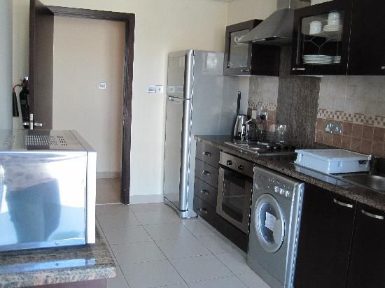 Dunes Hotel Apartments Barsha : kitchen with washing machine