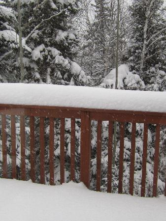 Caribou Highlands Lodge: snow on the deck