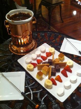 Vintage Paris Coffee and Wine Cafe: chocolate fondue!
