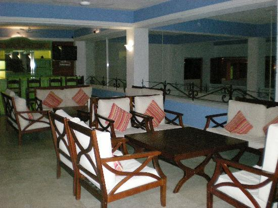 Posada Real Puerto Escondido: The lobby and its comfy open concept with loungers