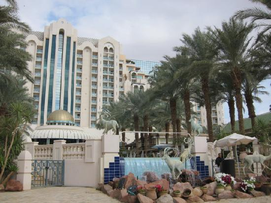 Herods Palace Hotel Eilat: view of hotel from seaside walkway