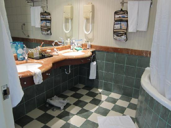 Herods Palace Hotel Eilat : bathroom with jacuzzi tub