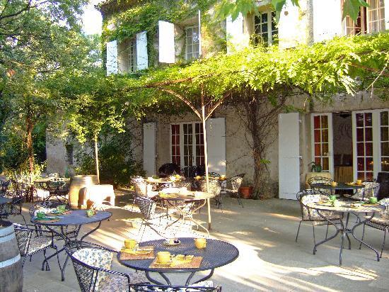 Le Mas de Cure-Bourse : Innenhof mit Restaurant