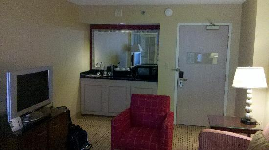 Chicago Marriott Suites Deerfield: Lounge area with wet bar
